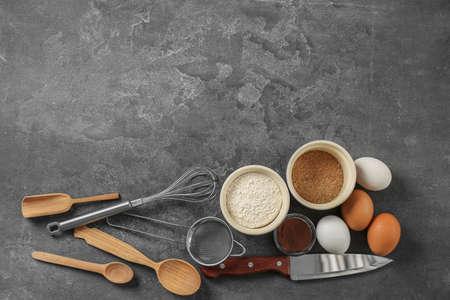 ensemble d & # 39 ; ustensiles de cuisine avec des produits sur fond gris. cuisine de livraison de cuisine