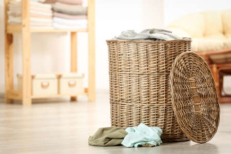 Laundry basket with dirty clothes indoors Banque d'images