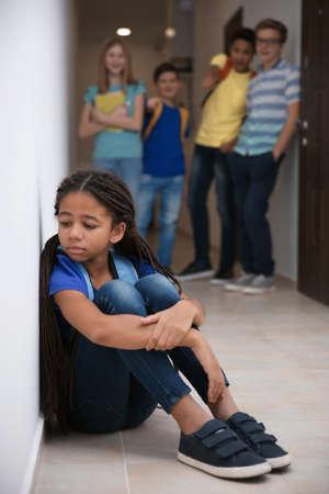 Triest African American girl binnenshuis. Pesten op school