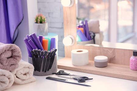 Satz Friseurwerkzeuge auf Tisch im Salon Standard-Bild