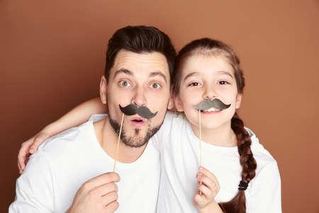 Papa et sa fille s'amusant sur fond de couleur. Fête des pères Banque d'images