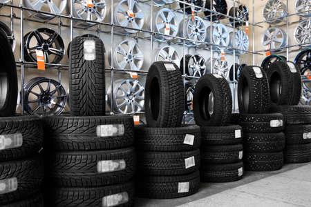 Neumáticos de automóvil y llantas de aleación en el centro de servicio de automóviles
