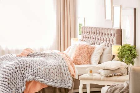 Interior de habitación moderna con cama cómoda Foto de archivo