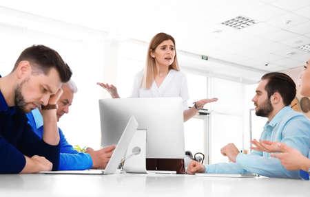 Beambten die argument hebben tijdens zakelijke bijeenkomst Stockfoto