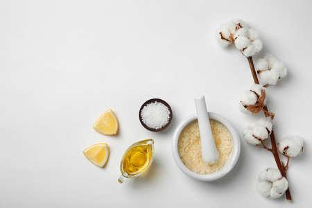 Remède contre l'acné efficace fait maison et ingrédients sur fond blanc