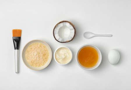Rimedio casalingo efficace contro l'acne e ingredienti su sfondo bianco