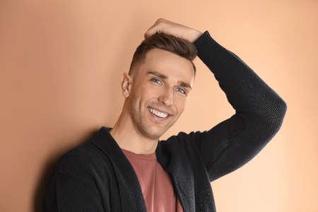 Porträt des jungen Mannes mit schönen Haaren auf farbigem Hintergrund