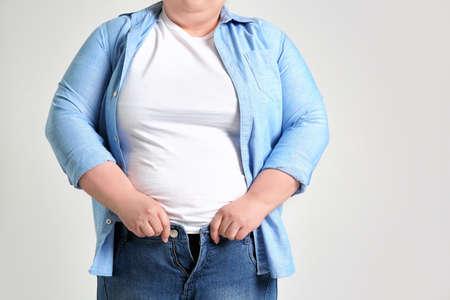 Overgewicht vrouw op lichte achtergrond