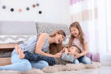 niñera y niños pequeños jugando en casa