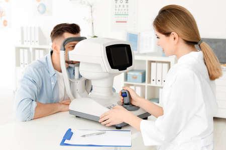 Oftalmólogo examina al paciente en la clínica
