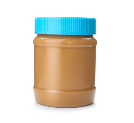 Vaso con burro di arachidi cremoso su sfondo bianco