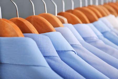 Limpiar la ropa en perchas después de la limpieza en seco, primer plano Foto de archivo