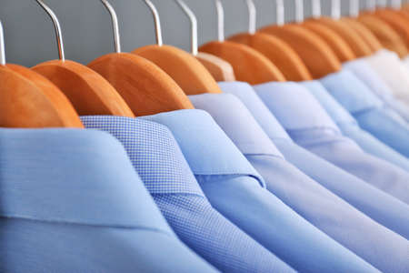 Reinigen Sie die Kleidung auf Kleiderbügeln nach der chemischen Reinigung, Nahaufnahme Standard-Bild