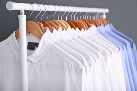 Perchero con ropa limpia en perchas después de la limpieza en seco