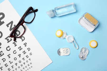 Composizione piatta con lenti a contatto, occhiali e accessori su sfondo colorato