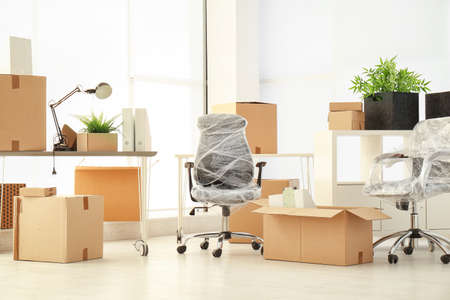 Umzugskartons und Möbel in neuem Büro