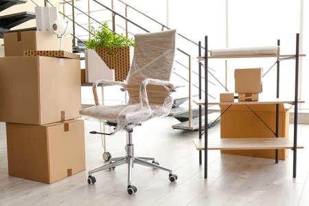 Boîtes de déménagement et meubles dans un nouveau bureau