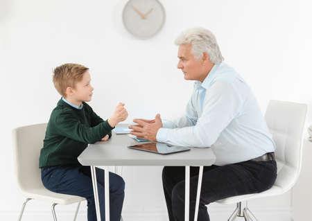 Niño con cita en la oficina del psicólogo infantil