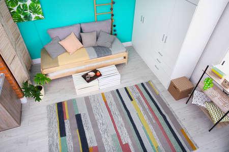 Interior de la sala de estar con un cómodo sofá, vista a través de una cámara CCTV