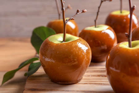 Delicious green caramel apples on table Foto de archivo
