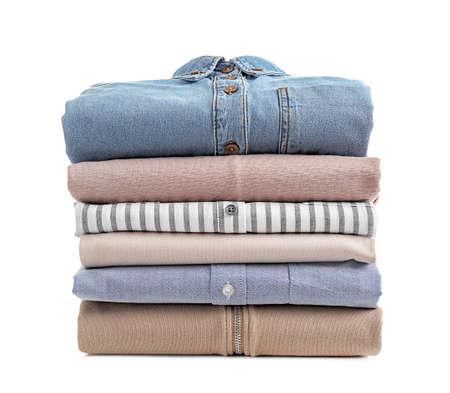 Pila de ropa limpia sobre fondo blanco. Foto de archivo