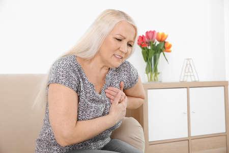 Mujer madura con infarto en casa