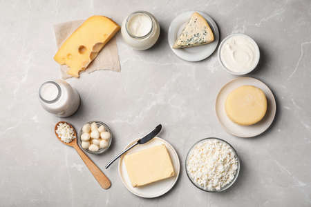 Frame of fresh dairy products on gray background, top view Foto de archivo