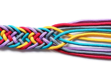 Cordes colorées tressées sur fond blanc. Concept d'unité