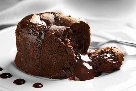 Délicieux fondant frais avec du chocolat chaud servi sur assiette. Recette de gâteau à la lave Banque d'images