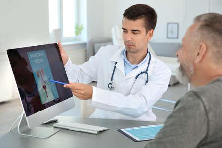 Man met gezondheidsprobleem uroloog bezoeken in het ziekenhuis
