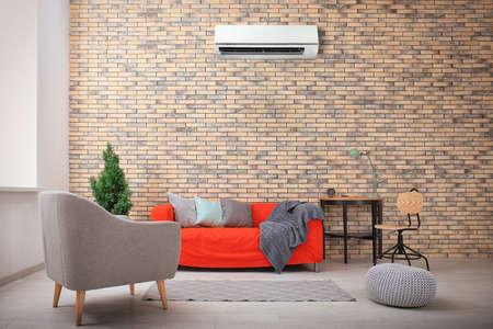 Woonkamerbinnenland met comfortabele bank en airconditioner Stockfoto