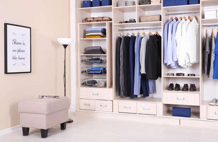 Wnętrze pokoju z szafą i stylową pufą