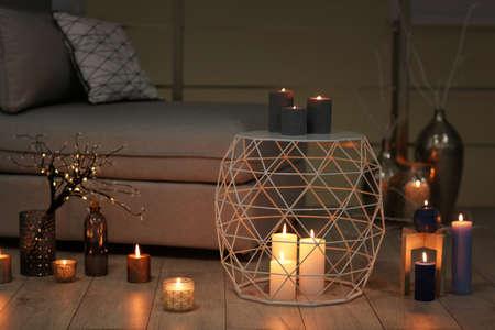 Gemütliches Zimmer mit brennenden Kerzen dekoriert Standard-Bild - 105728974