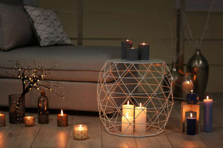 Gezellige kamer versierd met brandende kaarsen