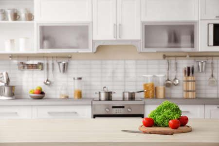 Productos y vista borrosa del interior de la cocina en el fondo
