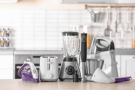 Appareils ménagers et de cuisine sur table sur fond flou Banque d'images
