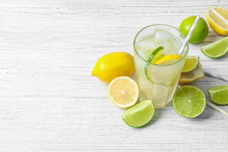 Glas natürliche Limonade mit Zitrusfrüchten auf dem Tisch Standard-Bild