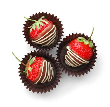 Köstliche Erdbeeren mit Schokoladenüberzug auf weißem Hintergrund, Draufsicht Standard-Bild