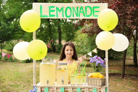 Meisje bij limonadetribune in park