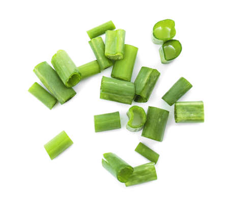 cebolla verde picada en el fondo blanco Foto de archivo