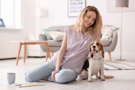 Junge Frau mit ihrem Hund zu Hause
