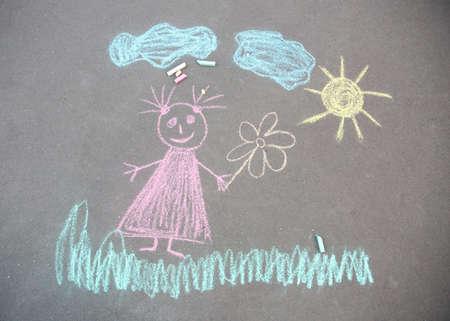 Kinderkreidezeichnung des Mädchens auf Asphalt, Draufsicht Standard-Bild