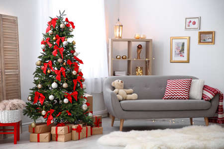 Rauminnenraum mit schönem Weihnachtsbaum und Geschenken