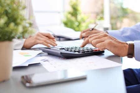 Belastingaccountants werken met documenten aan tafel Stockfoto