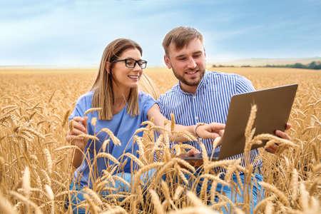 Agrónomos jóvenes en el campo de grano. Cultivo de cereales