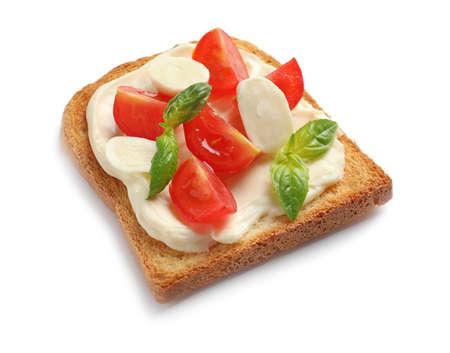 Smaczny chleb tostowy z twarogiem i pomidorkami koktajlowymi na białym tle