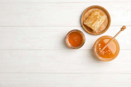 Flat lay composition with fresh honey on wooden background Stockfoto