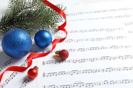 Composición con adornos navideños en partituras