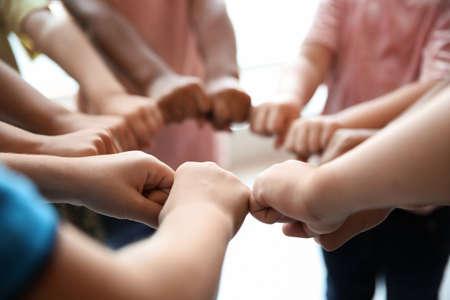 Mijn lieve kinderen die hun handen in elkaar zetten, close-up. Eenheid concept Stockfoto