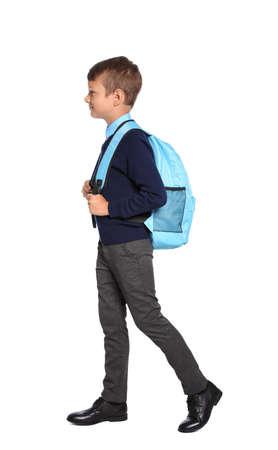 Petit garçon en uniforme scolaire élégant sur fond blanc
